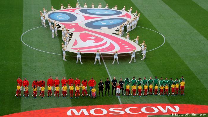 روز پنجشنبه (۱۴ ژوئن / ۲۴ خرداد) سوت آغاز بیست و یکمین دوره از مسابقات جام جهانی فوتبال به صدا درآمد. در دیدار افتتاحیه این مسابقات تیمهای ملی روسیه (لباس قرمز) و عربستان سعودی مقابل یکدیگر صفآرایی کردند.