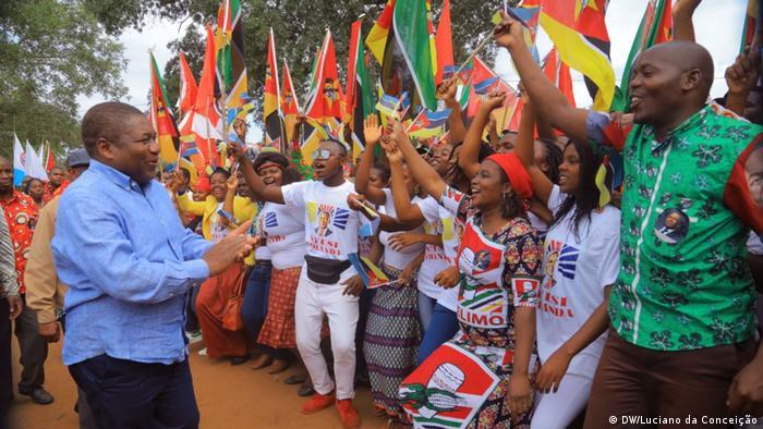 Presidente de Moçambique, Filipe Nyusi, recebido por jovens da FRELIMO em Inhambane