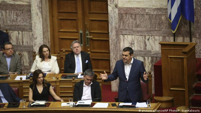 Griechenland Parlament Alexis Tsipras (picture-alliance/AP Photo/P. Giannakouris)