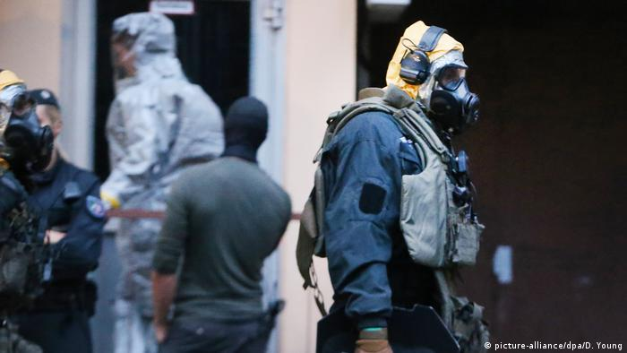 Chemical suit-wearing police in Cologne (picture-alliance/dpa/D. Young)