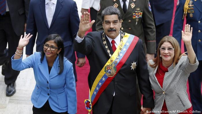 Nicolas Maduro with newly appointed Vice President Delcy Rodriguez (left) (picture-alliance/AP Photo/A. Cubillos)