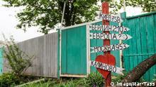 21.05.2018 *** LUGANSK REGION, UKRAINE - MAY 21, 2018: A direction sign in the village of Kalinovo hit by shellfire. Valentin Sprinchak/TASS PUBLICATIONxINxGERxAUTxONLY TS08078C
