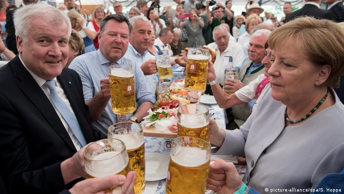 Merkel y Seehofer tomando cerveza