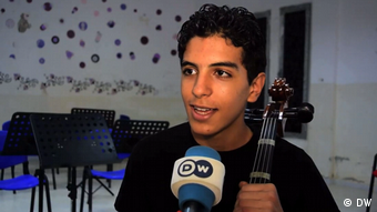 Music and journalism – a perfect combination for 14-year-old Sabri Mili. (DW)