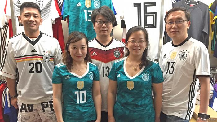 China DFB-Fans in Shanghai (DW/J. Qian)