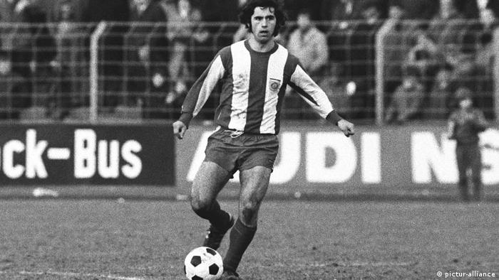 Gerd Müller kicking the ball (pictur-alliance)
