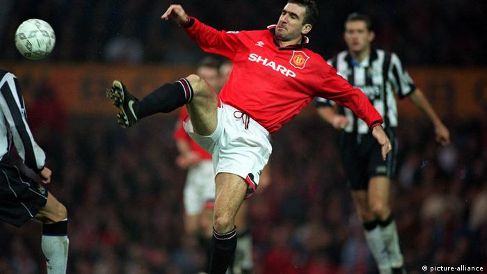 Eric Cantona kickt den Ball (picture-alliance)