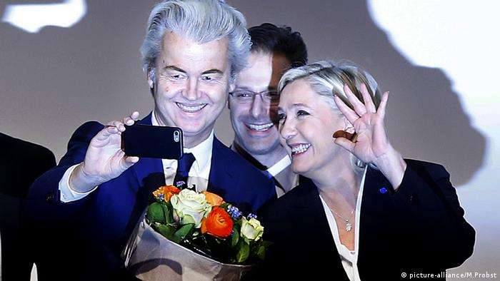 Geert Wilders und Marine le Pen pose for a selfie (picture-alliance/M.Probst)
