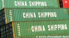 ARCHIV - 11.11.2014, China, Shanghai: Container mit der Aufschrift China Shipping, aufgenommen im Hafen. Die beiden größten Volkswirtschaften der Welt - USA und China - drohen sich gegenseitig mit Strafzöllen. Mitten im Handelsstreit zwischen Peking und Washington ist dasDefizit der USA im Handel mit China erneut gestiegen. (Zu dpa US-Handelsdefizit mit China wächst im ersten Quartal um 19 Prozent) Foto: Ole Spata/dpa | Verwendung weltweit