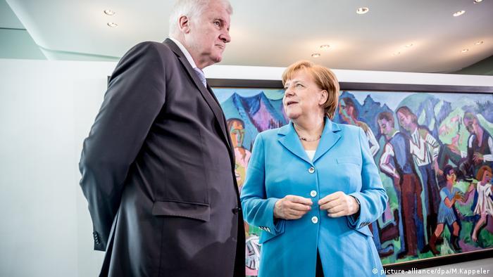 Berlin, Bundeskanzlerin Angela Merkel (CDU) spricht mit Horst Seehofer (CSU)