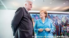 13.06.2018, Berlin: Bundeskanzlerin Angela Merkel (CDU) spricht mit Horst Seehofer (CSU), Bundesminister für Inneres, Heimat und Bau, vor Beginn der Sitzung des Bundeskabinetts im Kanzleramt. Foto: Michael Kappeler/dpa +++ dpa-Bildfunk +++ | Verwendung weltweit