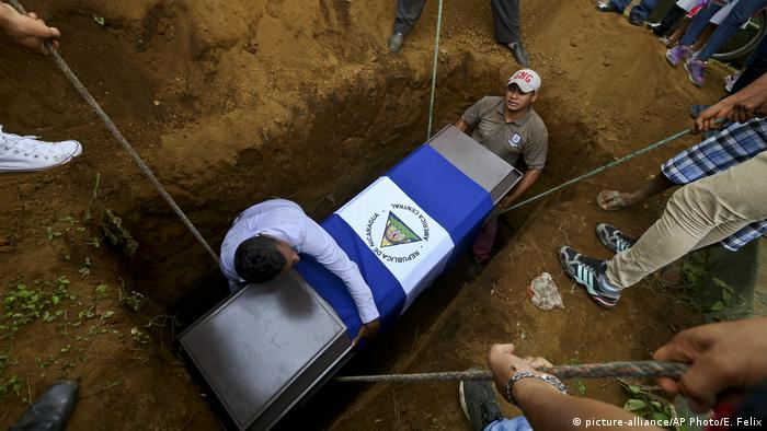 A victim of Nicaragua's political unrest is buried (picture-alliance/AP Photo/E. Felix)