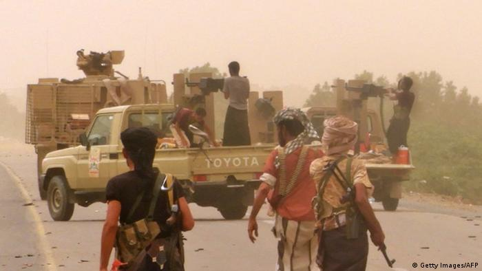 Forças iemenitas pró-governo reunidas nos arredores do aeroporto de Hodeida