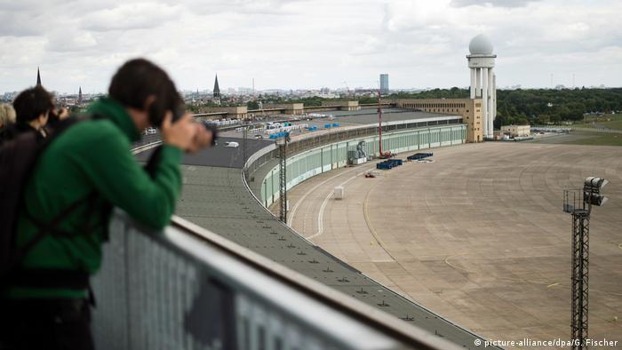 Dachterrasse des Terminalgebäudes des ehemaligen Flughafens Tempelhof in Berlin (picture-alliance/dpa/G. Fischer)