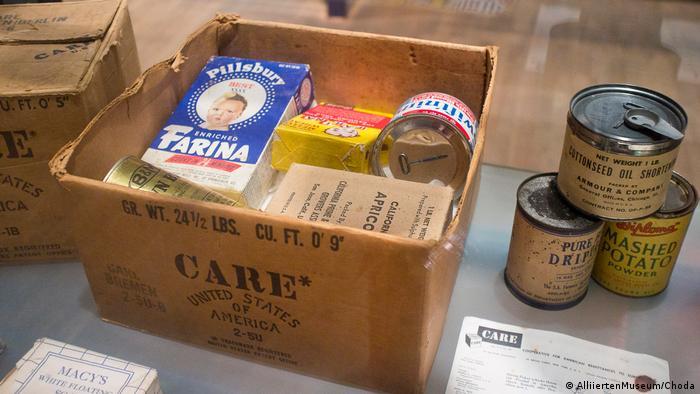 Самолетите на западните съюзници доставят милиони пакети с хранителни продукти за жителите на обсадения град