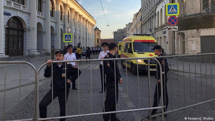 Russland Taxi in Moskau auf den Bürgersteig gelenkt