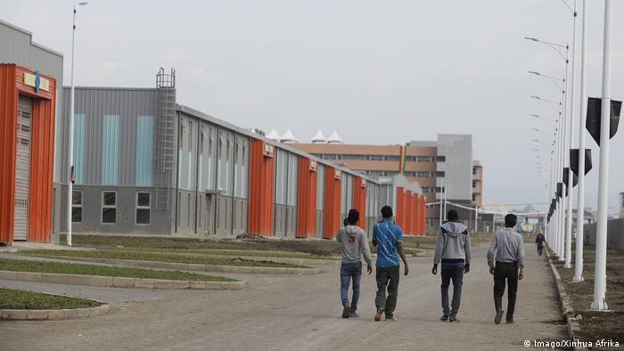 Menschen vor modernen Fabrikhallen im Industriegebiet Hawassa (Imago/Xinhua Afrika)