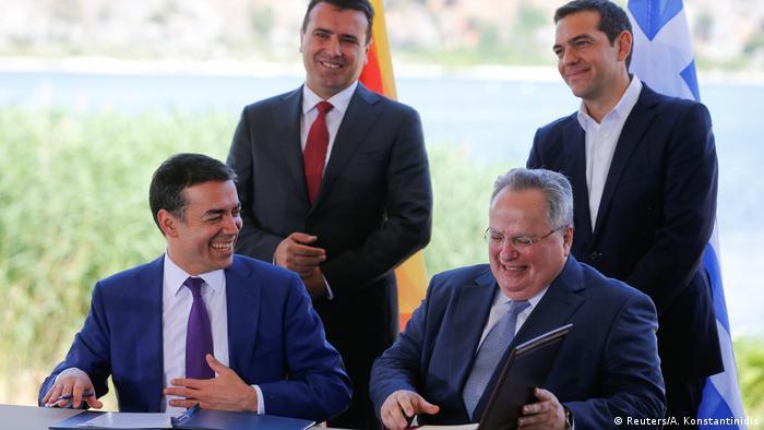 Griechenland - Die beiden Außenminister Nikos Kotzias und Nikola Dimitrov, Alexis Tsipras und Zozan Zaev (Reuters/A. Konstantinidis)