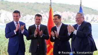 Griechenland - Die beiden Außenminister Nikos Kotzias und Nikola Dimitrov vor Alexis Tsipras und Zozan Zaev (Reuters/A. Konstantinidis)