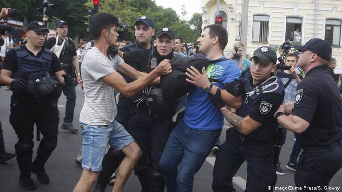 Ukraine Kiev - Polizei nimmt Nationalisten beim Versuch fest Gay Parade zu stoppen (Imago/Zuma Press/S. Glovny)