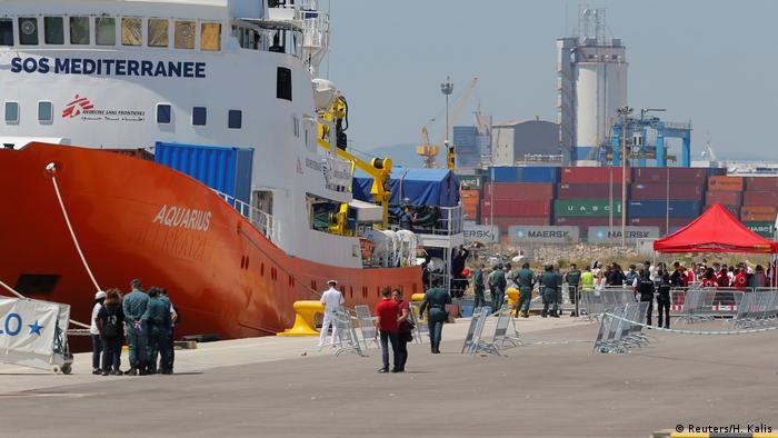 Valencia limanına demirleyen kurtarma gemisi Aquarius
