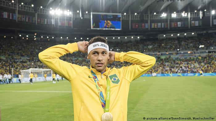 Neymar in uniform for Brazil (picture-alliance/SvenSimon/A. Waelischmiller)