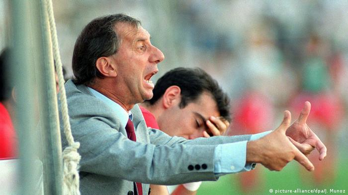WM 1990 | Carlos Salvador Bilardo gestikulierend (picture-alliance/dpa/J. Munoz)