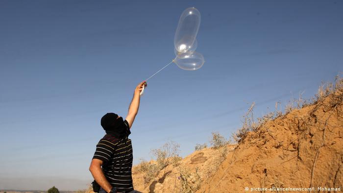 Gazastreifen Proteste mit brennbaren Drachen (picture-alliance/newscom/I. Mohamad)