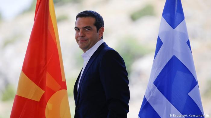 Tsipras između makedonske i grčke zastave