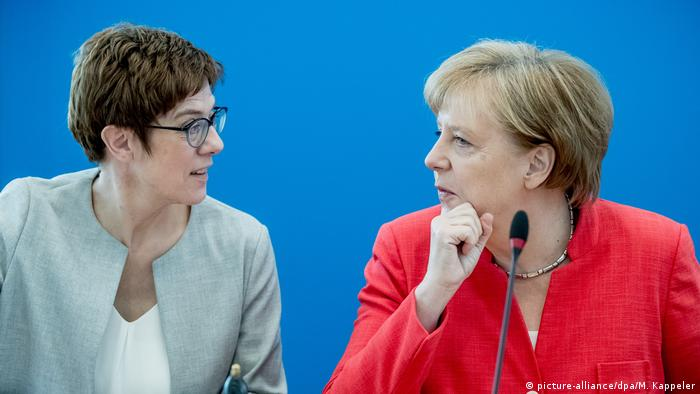Annegret Kramp-Karrenbauer and German Chancellor Angela Merkel (picture-alliance/dpa/M. Kappeler)