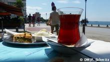 In Thessaloniki wird das türkische Leben immer sichtbarer. Selbst türkischer Tee mit Sicht auf den weißen Turm ist heute möglich. Griechenland türkisches Leben in Thessaloniki DW, Florian Schmitz