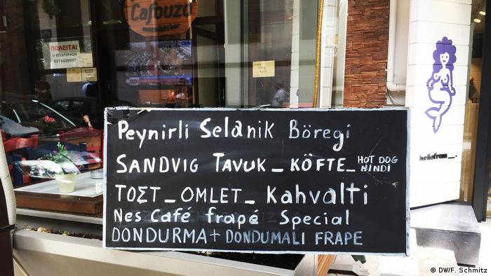 Sign in a shop in two languages (DW/F. Schmitz)
