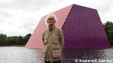 Christo vor seiner Skulptur The London Mastaba