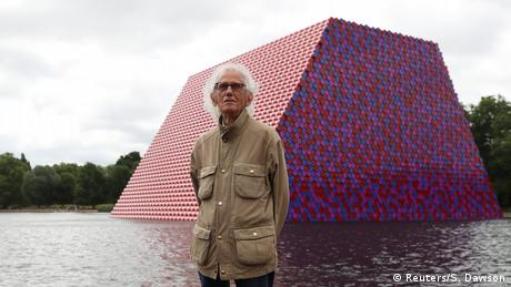 Christo vor seiner Skulptur The London Mastaba (Reuters/S. Dawson)