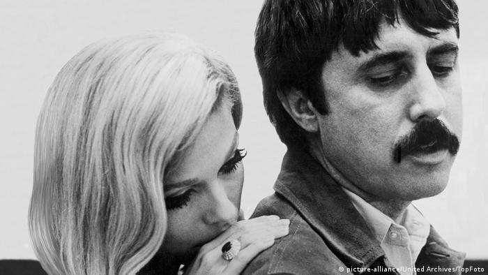 Nancy Sinatra behind Lee Hazlewood, with her hand on his shoulder (picture-alliance/United Archives/TopFoto)