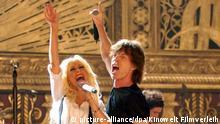 2008 Die Sängerin Christina Aguilera und Mick Jagger von der Rockband The Rolling Stones in einer Szene aus dem Film Shine a Light ( Handout). Die Rolling Stones gehören zu den größten Stars der Rockgeschichte, Martin Scorsese zur kleinen Schar schon zu Lebzeiten legendärer Hollywood-Regisseure. Mit «Shine a Light» feiert der Regie-Gigant die Musikgrößen entsprechend, und setzt dabei auch die eigene Leistung geschickt ins Bild. Das Ergebnis ist einer der schönsten Konzertfilme, die es je im Kino zu sehen gab. In Deutschland läuft der Film ab dem 4. April. Foto: Kinowelt Filmverleih (zu dpa-Korr «Shine a Light»: Regie-Star Martin Scorsese feiert die Rock-Stars «Rolling Stones» - ACHTUNG: Verwendung nur für redaktionelle Zwecke im Zusammenhang mit der Berichterstattung über diesen Film!) +++(c) dpa - Bildfunk+++ | Verwendung weltweit