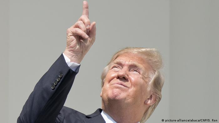 USA Präsident Donald Trump beobachtet totale Sonnenfinsternis ohne Schutzbrille in Washington (picture-alliance/abaca/CNP/S. Ron)