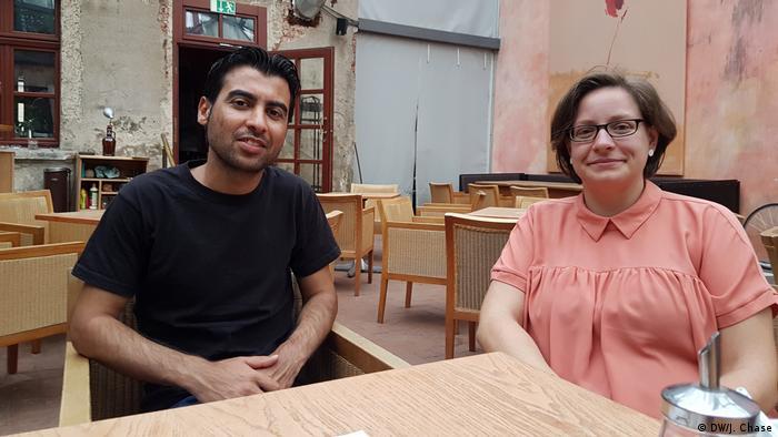 Sozialarbeiterin Julianne Meyer und Flüchtling Hassan