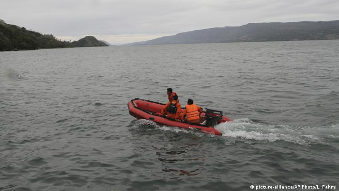 Search and rescue authorities search for bodies following the capsize of a ferry on Indonesia's lake Toba (picture-alliance/AP Photo/L. Fahmi)