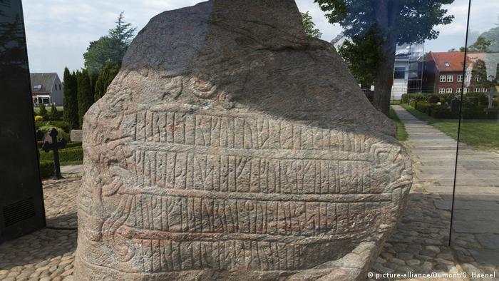 Wikinger Runensteine von Jelling in Dänemark (picture-alliance/Dumont/G. Haenel)