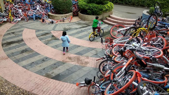 Leihfahrräder von Bikesharing-Firmen in der Nähe des Eingangs zum Xiashan Park in Shenzhen