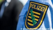 28.05.2017, Sachsen, Dresden: Logo der sächsischen Polizei ist an einem Polizeiuniform angebracht. Foto: Monika Skolimowska/dpa-Zentralbild/dpa   Verwendung weltweit