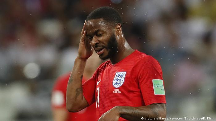 Wm 2018 - Tunesien vs England - Insekten um Raheem Sterling (picture-alliance/Newscom/Sportimage/D. Klein)