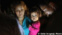 Grenze USA-Mexiko | Zentralamerikanische Asylsuchende - Mutter mit Kind aus Honduras (Getty Images/J. Moore)