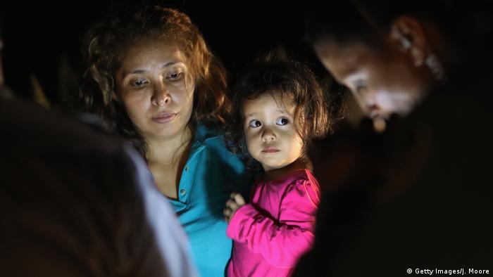 ABD-Meksika sınırında Honduraslı bir anne ve kızı