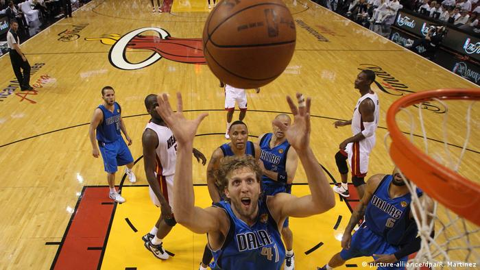 Dirk Nowitzki leaps for a rebound (picture-alliance/dpa/R. Martinez)