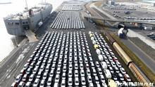 Deutschland Volkswagen Autoverladung im Hafen von Emden