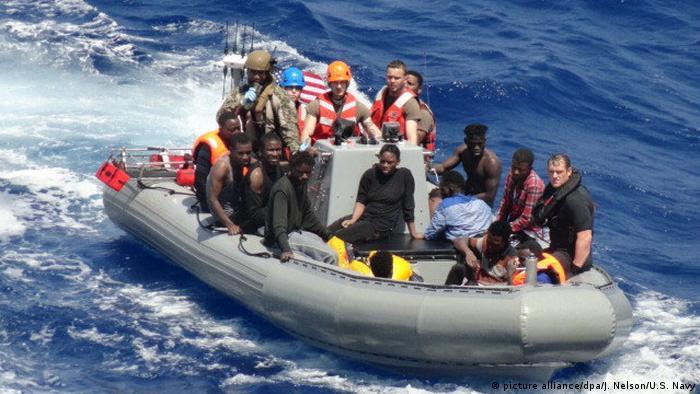 Mittelmeer US-Marineschiff USNS Trenton reagiert auf Notruf vor der Küste Libyens