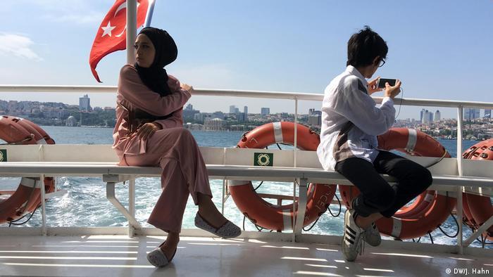Türkei junge Leute auf einer Fähre in Istanbul