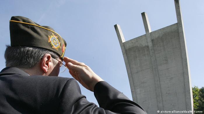 Американски ветеран пред паметника, посветен на въздушния мост над Берлин